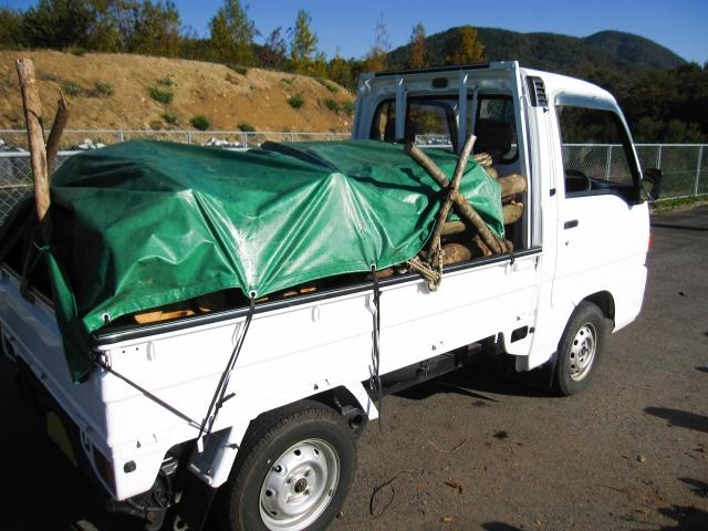薪を載せた平ボディのトラック