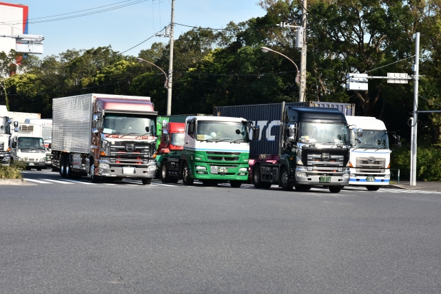 信号待ちする数台のトラック