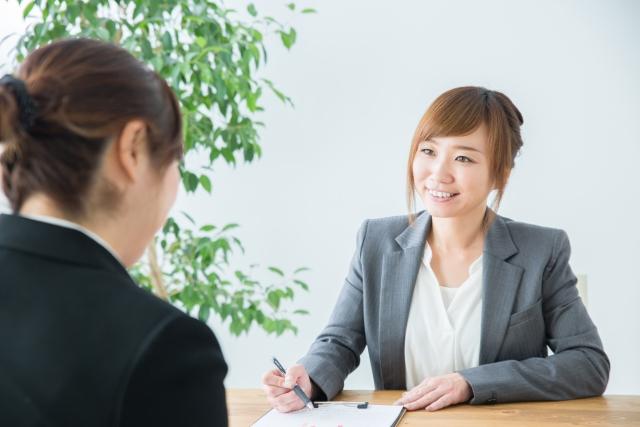 商談をする2人の女性