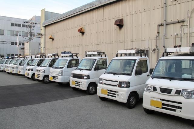 並ぶ白いトラック