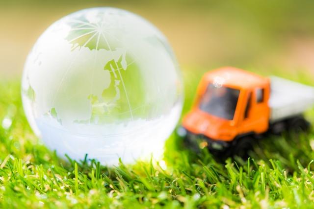 おもちゃのトラックとガラスの地球