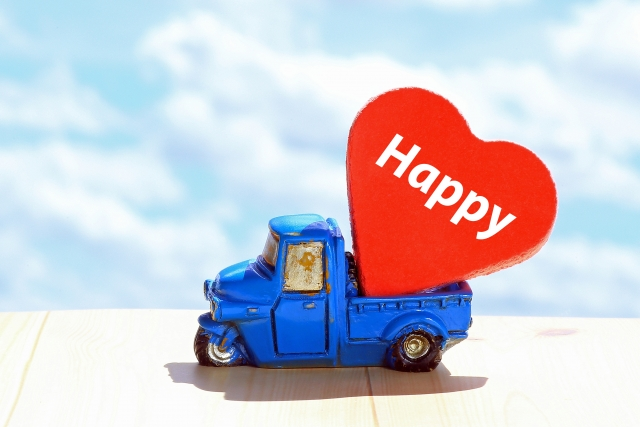 Happyを積んだおもちゃのトラック