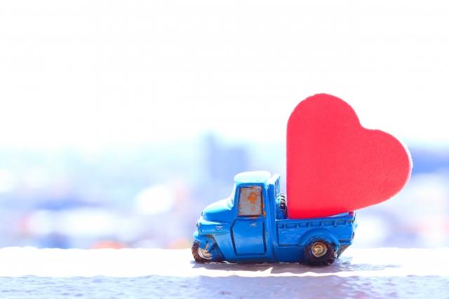 ハートを積んだおもちゃのトラック