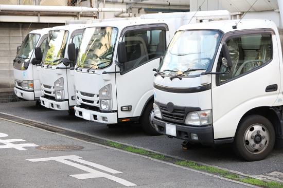 駐車している数台のトラック