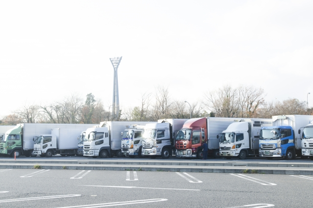 サービスエリアに駐車するトラック