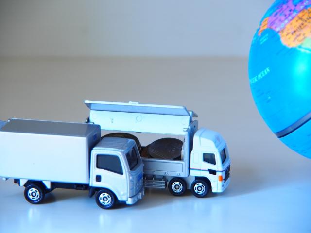 おもちゃのトラックと地球儀
