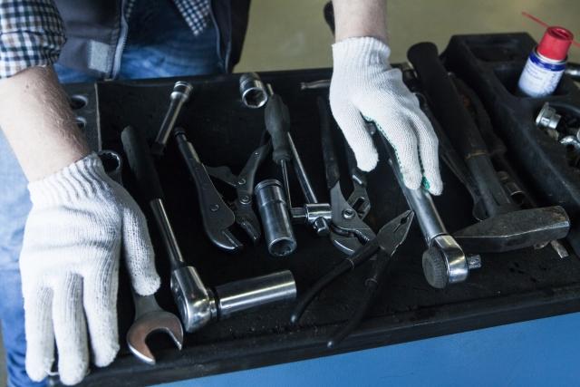 工具を選ぶ自動車整備士の手元8