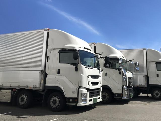 駐車場にある大型トラック