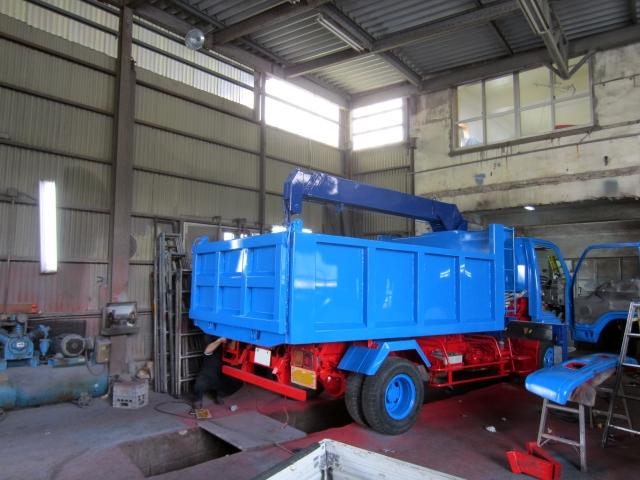 工場で整備中の青いトラック