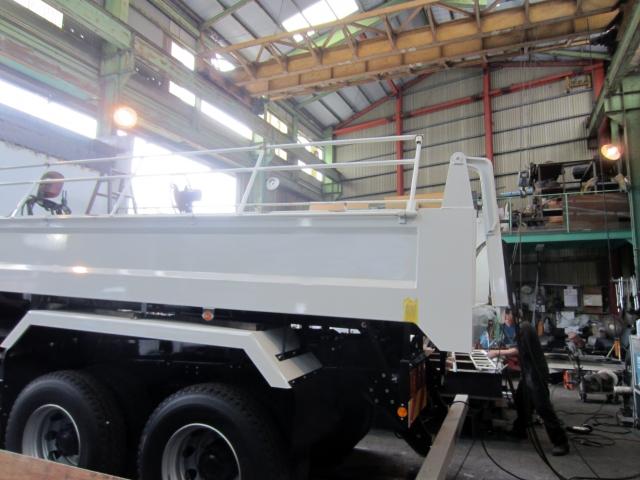 工場で整備中の大型トラック