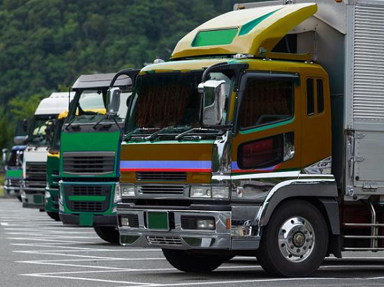 駐車場の大型トラック