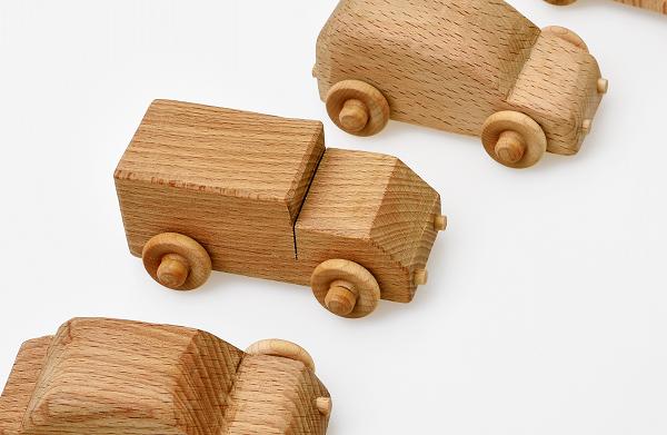 木製のトラックのおもちゃ