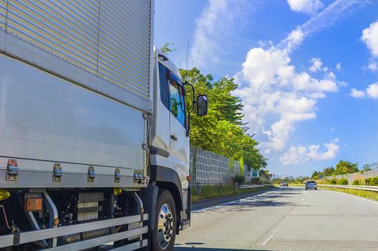 高速道路を走行する大型トラック