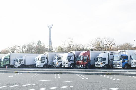 サービスエリアの大型トラック