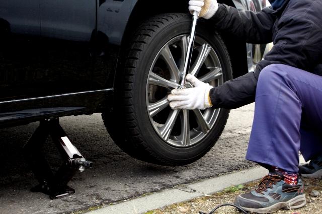 タイヤ交換でナットを締める整備士