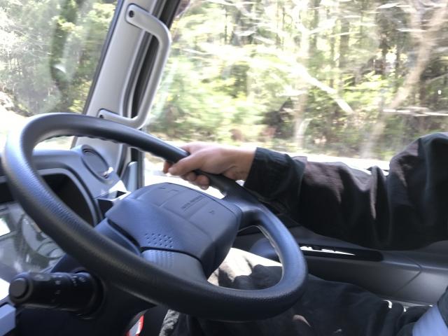 トラックの運転中