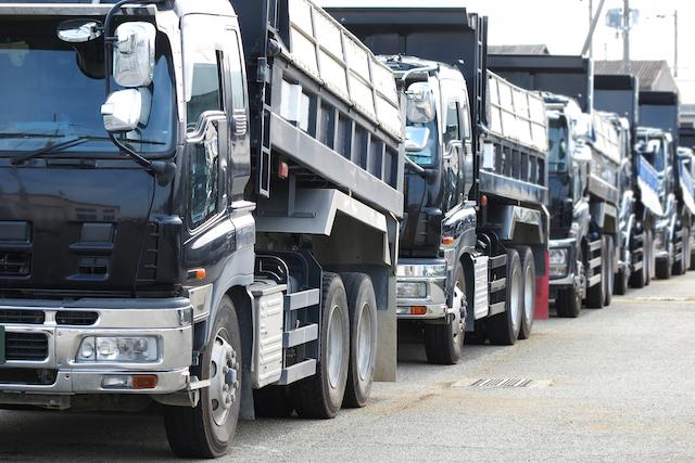 縦列で並ぶトラック