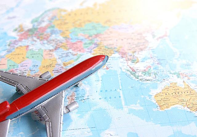 地図の上の飛行機
