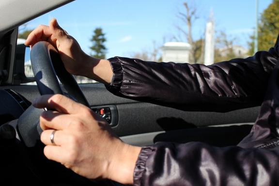 車を運転する男性の手元