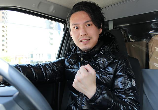 運転をする男性
