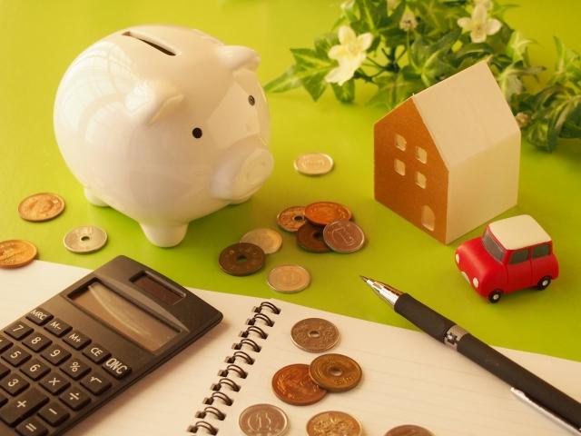 豚の貯金箱と電卓とお金