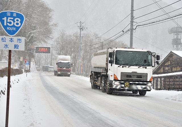雪が降る道路