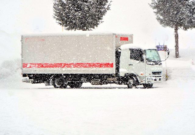 雪が降る中のトラック